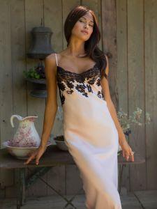 100% Seide Nachtkleid lang rosenquarz mit schwarzer Spitze von Marjolaine