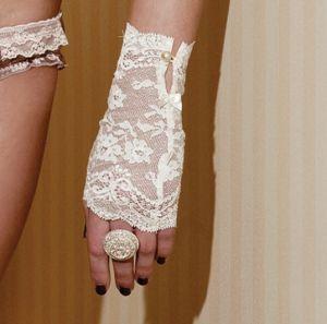 Handschuhe aus elfenbeinfarbener Spitze von Sally Jones (Schmuck nicht im Lieferumfang enthalten)