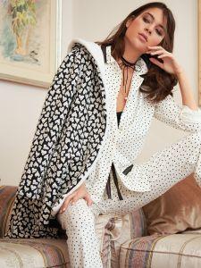 Hausjacke Hearts mit Herzchen Muster schwarz weiß von Fiori di Chiara - der Pyjama ist nicht im Lieferumfang enthalten