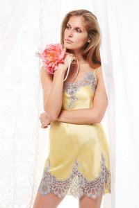100% Seide Nachthemd Flora Lace in ananas-gelb mit nebelgrauer Spitze von Luna di Seta