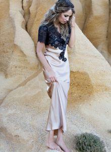 Langes Seidennegligé Aphrodite in goldbeige mit schwarzer Spitze von Marjolaine