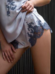 Seide Shorts Egerie mit Calais Spitze kristallblau von Marjolaine