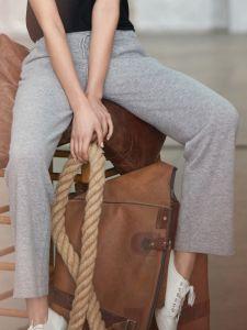 Wolle Kaschmir Lounge Hose Alana kiesel grau Suggest by Pain de Sucre - das Oberteil ist nicht im Lieferumfang enthalten